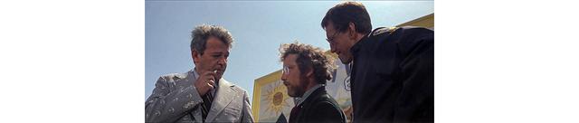 画像: ブロディとフーパーは試聴を説得するために最後の努力を試みる ふたりの立ち位置は冒頭の位置より前となり、看板を隠すようになる
