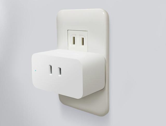 画像: Amazon Smart Plugを壁コンセントに挿したところ