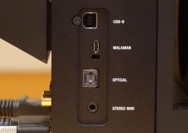 画像: 各種接続端子は右スピーカーに搭載される。上の写真は本体正面左サイドの入力端子部で、USBから光デジタル、アナログミニジャックまで備えている。ウォークマンコネクターを搭載しているのはソニーならでは