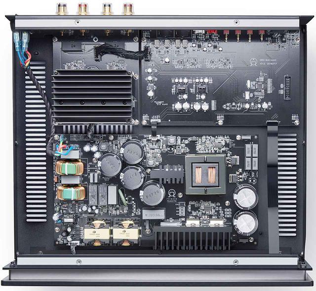 画像: ↑A35.2の特徴は、「APFC(アクティブ・パワーファクター・コントロール)」と呼ばれる電源電流の波形を電圧と同相・同一波形の正確なサイン波へと変換するオリジナルの電源回路技術で構成されること。高調波や電磁波妨害を低減することで電気的な干渉が改善され、回路内のストレスを抑えたという