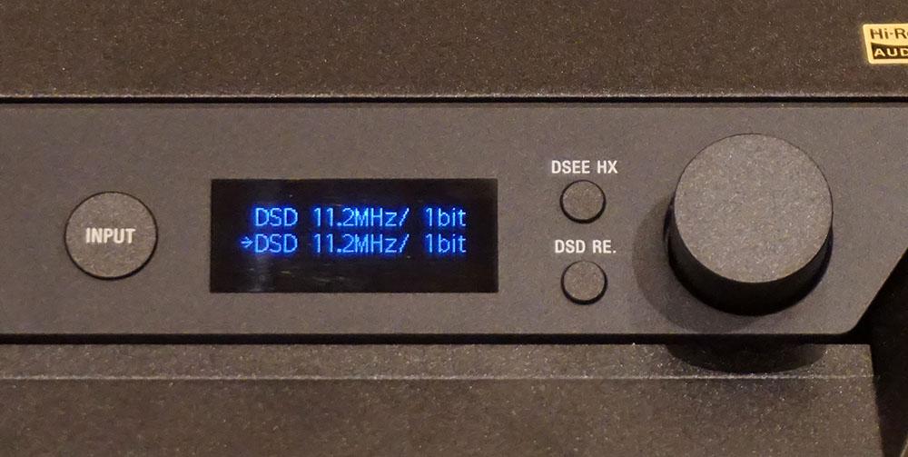 画像: 弊社のDSD 11.2MHz音源を再生したところ、右スピーカーのディスプレイにその情報がしっかり表示されていた