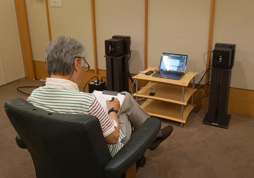 画像: StereoSound ONLINE試聴室にSA-Z1をセットして、その音を確認してもらった。SA-Z1はデスクトップでの使用を前提としているが、今回は設置スペースと機材の関係から常設のスピーカースタンドに載せている