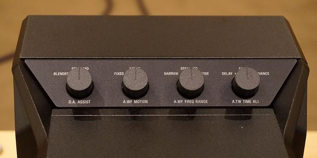 画像: 左スピーカーには4つの物理スイッチを搭載する。これらを使ってユーザーに好みの再現を追い込んでもらいたいとのこと