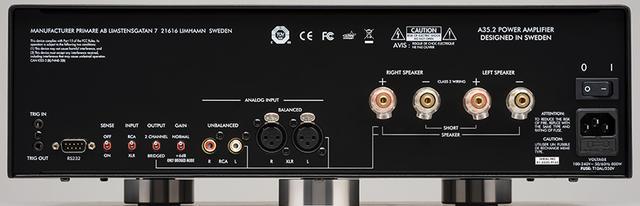 画像: ↑A35.2の背面パネル。ブリッジ接続の際に使用する入出力端子・スピーカー端子にガイドが表示されており、ユーザーが迷わない。バランス・アンバランスの切り替えはトグルスイッチで行なう