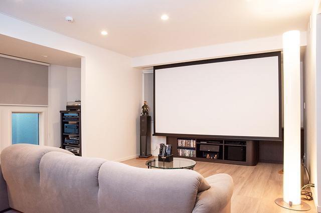 画像: 川井邸2Fのリビングにインストールされたホームシアターは120インチスクリーンと5.1.2システムが進化ポイントとなる。それら最新スペックに対応しつつも存在を主張しない仕上がりを目指している