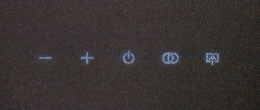 画像: 操作ボタンはグリル越しでも視認性はよい。〇が二つ重なったものがBluetoothのペアリングボタン