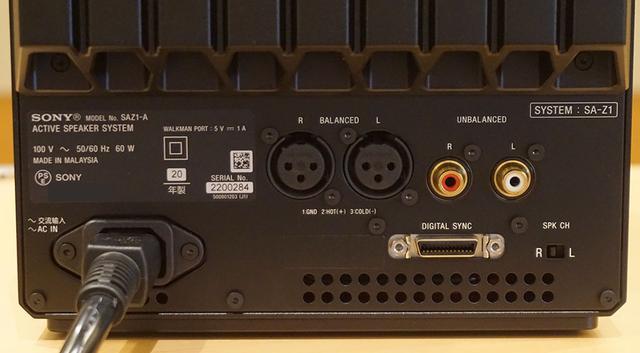 画像: こちらは背面下部の端子部。XLRとRCAの入力も可能。RCA端子の下にある「DIGITAL SYNC」を使って左スピーカーと接続する(専用ケーブルが付属)