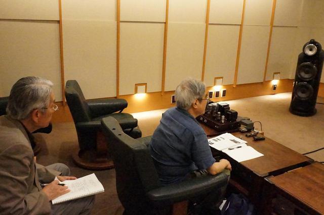 画像: 特集「真空管の持つピュアな世界――シングルアンプ18機種の試聴」は、シングル構成の管球式アンプだからこそ聴ける高い鮮度と純度を持つ音の魅力に迫ります。試聴は高津 修氏(左)と吉田伊織氏(右)です。