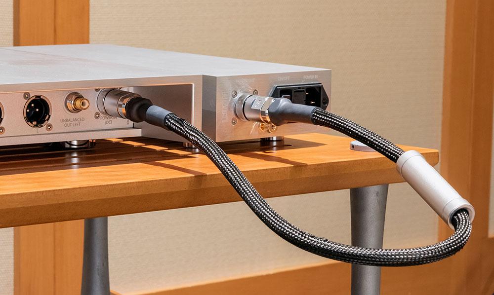 画像: ルーミンX1のオプション電源ケーブル「X1-X1-C」(¥330,000、税別、0.6m)。X1本体と電源ユニット間をつなぐだけで音質も大きく変化する