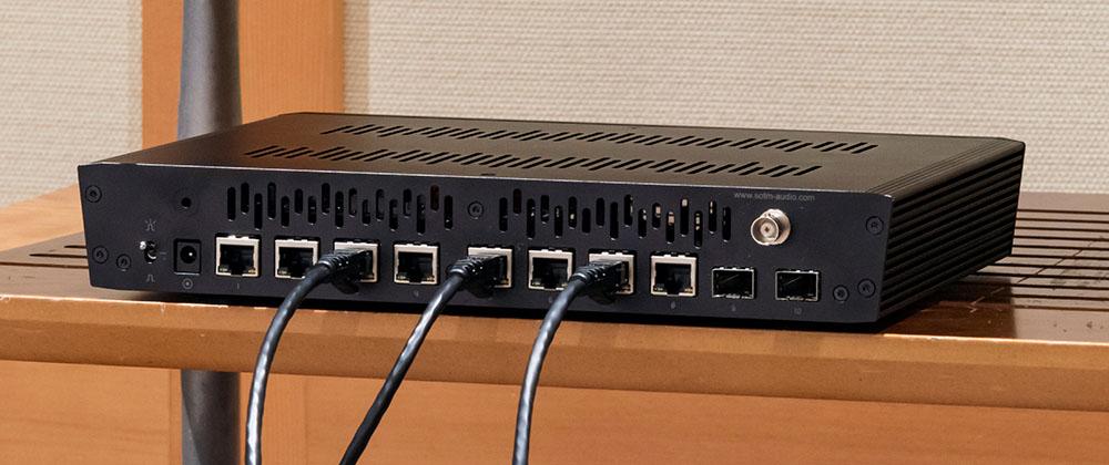 画像: 今回の試聴では、ネットワークオーディオ再生時にSOtMのLANスイッチ「sNH-10G」を使うことでどのような音質変化があるかを検証した。最初は市販のPC用LANケーブルでsNH-10Gとオーディオ用NAS、ルーミン「X1」をつないでいる