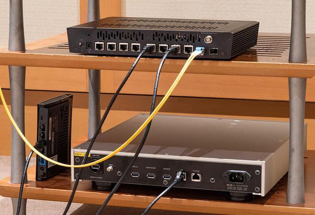 画像: 音質改善の第一歩として、光ファイバーケーブルでsNH-10GとX1をつないでみた。オーディオ用NASや無線LANアダプターにはPC用ケーブルをそのまま使っている