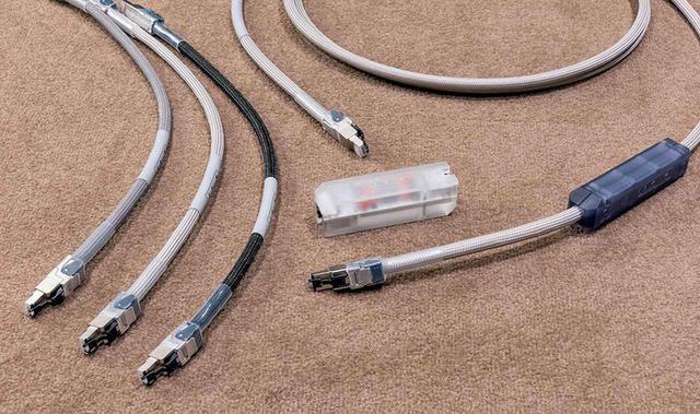 画像: SOtMのLANケーブルとアイソレーターをパッケージ化したセットも発売されている。写真右のCAT7ケーブル「dCBL-CAT7」と中央のLANアイソレーター「iSO-CAT6 Special Edition」、左のCAT6ケーブル「iSO-CAT6 Special Edition」という組み合わせが、単売品よりもお得に手に入るものだ。iSO-CAT6 Special Editionは3種類付属しており、色によって音質が異なる(試聴時にはグレイ=中間的な音を使用)。今回は長さ2.5mのdCBL-CAT7を使ったので、定価は¥180,000(税別)