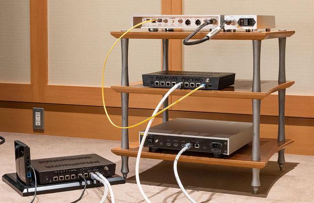画像: sNH-10G同士はSOtMのCAT6ケーブル「iSO-CAT6」でつないでいる。1台のsNH-10G(ラック中段)とX1は光ファイバーで接続し、もう一台のsNH-10G(ラック左下)にはNASと無線LANアダプターをつないでいる