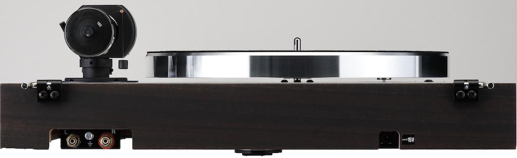 画像: リアビュー。トーンアームの出力はRCAピン端子で背面に配置される。アースラインをもつRCA-RCAピンプラグケーブルが付属。付属の電源アダプターからのDC15Vを本体に供給する。