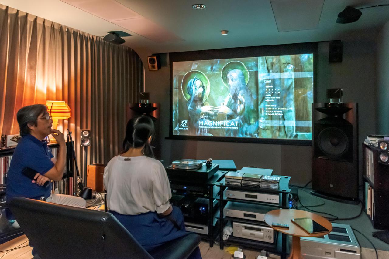 画像: サラウンドシステム時の様子。スクリーンは天井に収納されており、プロジェクターは部屋後方に設置されているJVCの「DLA-V9R」を使用している。