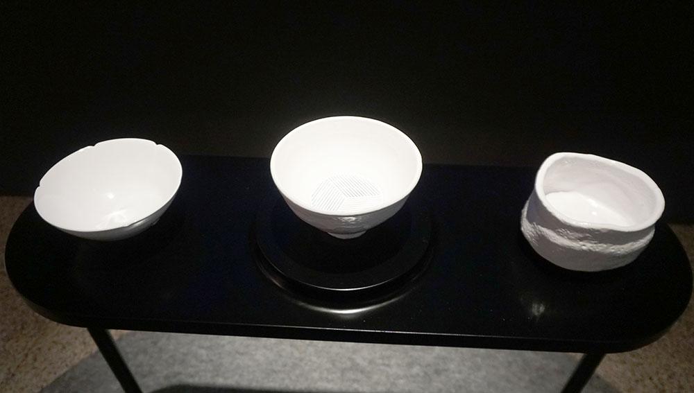 画像: 左から「青磁茶碗 銘 馬蝗絆」「大井戸茶碗 有楽井戸」「志野茶碗 銘 振袖」のレプリカ。中央の「大井戸茶碗 有楽井戸」がコントローラーになっている
