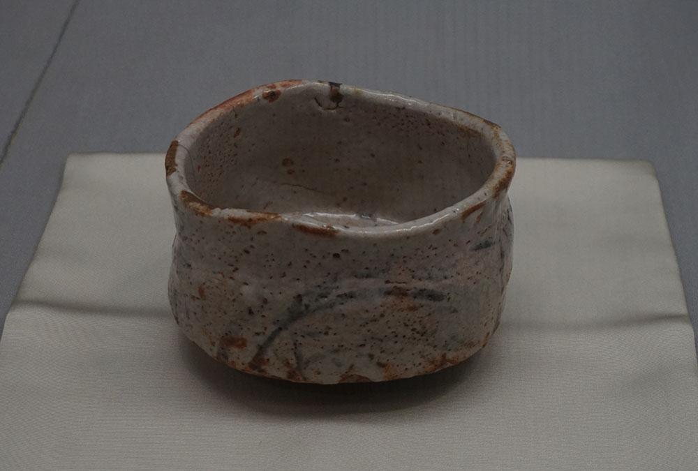 画像: 志野茶碗 銘 振袖 安土桃山~江戸時代・16~17世紀 東京国立博物館蔵