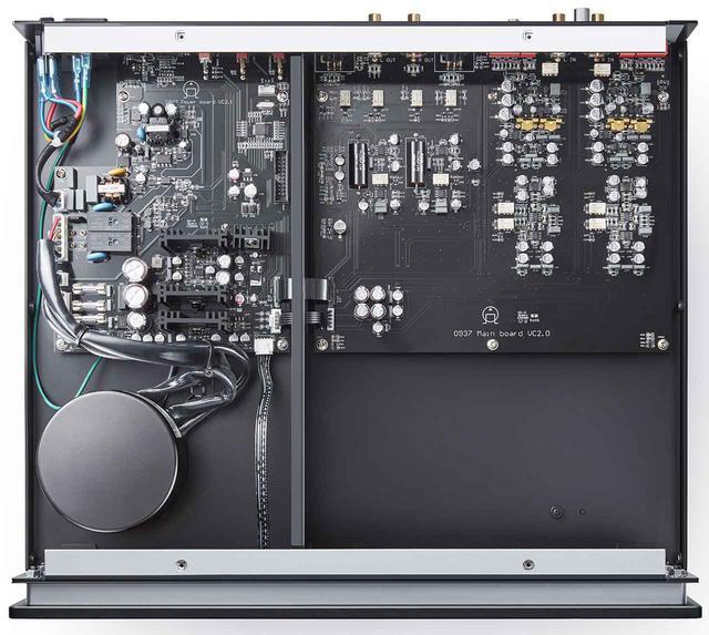 画像: 天板を外した内部を見る。左側に電源部、右側に信号系の回路を配する。信号系回路は左右独立で、多層両面基板を使って配線は短く設計されている。