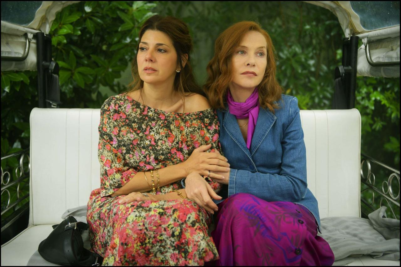 """画像: フランキーの友人アイリーンを演じるマリサ・トメイは、『いとこのビニー』でアカデミー賞の助演女優賞を受賞。マリサとイザベルは、""""仕事を通じて親しくなったヘアメイクアップアーティストと女優""""という関係を、とても自然に演じている"""