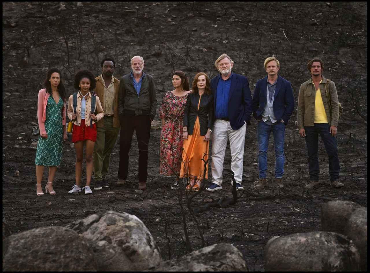 """画像: 余命いくばくもない女優が、あとに残される""""大切な人たち""""を、美しいポルトガルの地に呼び寄せるが……。義理の娘役のヴィネット・ロビンソン(一番左)はイギリス、友人役のマリサ・トメイ(左から5番目、イザベルの右隣)はアメリカ、夫役のブレンダン・グリーソン(右から3番目、イザベルの左隣)はアイルランド、息子役のジェレミー・レニエ(右から2番目)はベルギー出身と、国際色豊かなメンバーが揃う"""