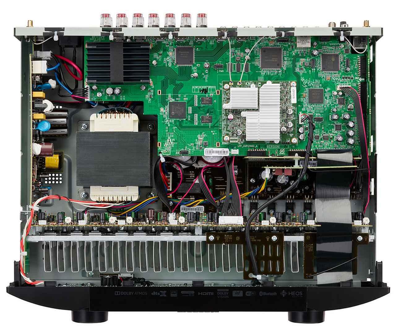 画像: 「NR1711」の内部構成。リアパネル側左の黒いヒートシンクの下にHDMI関連のデバイスを配置している。右後方の銀色のヒートシンクが乗っているのがHEOSなどのネットワーク回路だ