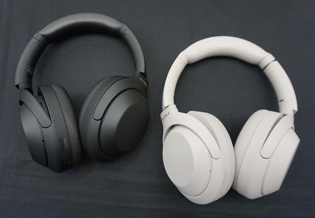画像: 「WH-1000XM4」のブラック(左)とプラチナシルバー(右)。光沢を抑えたマット仕上げに変更された