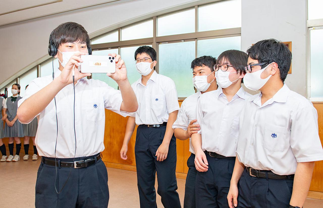 画像: 音のVRを体験する、桐光学園合唱部のメンバー