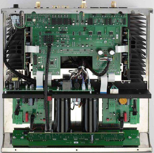 画像: 底板を外した内部。リアパネル側に配される出力段はダイレクトカップルド構成のソリッドステート設計。出力素子には、5ピンのバイポーラ・トランジスターであるThermalTrak出力トランジスターを採用する。