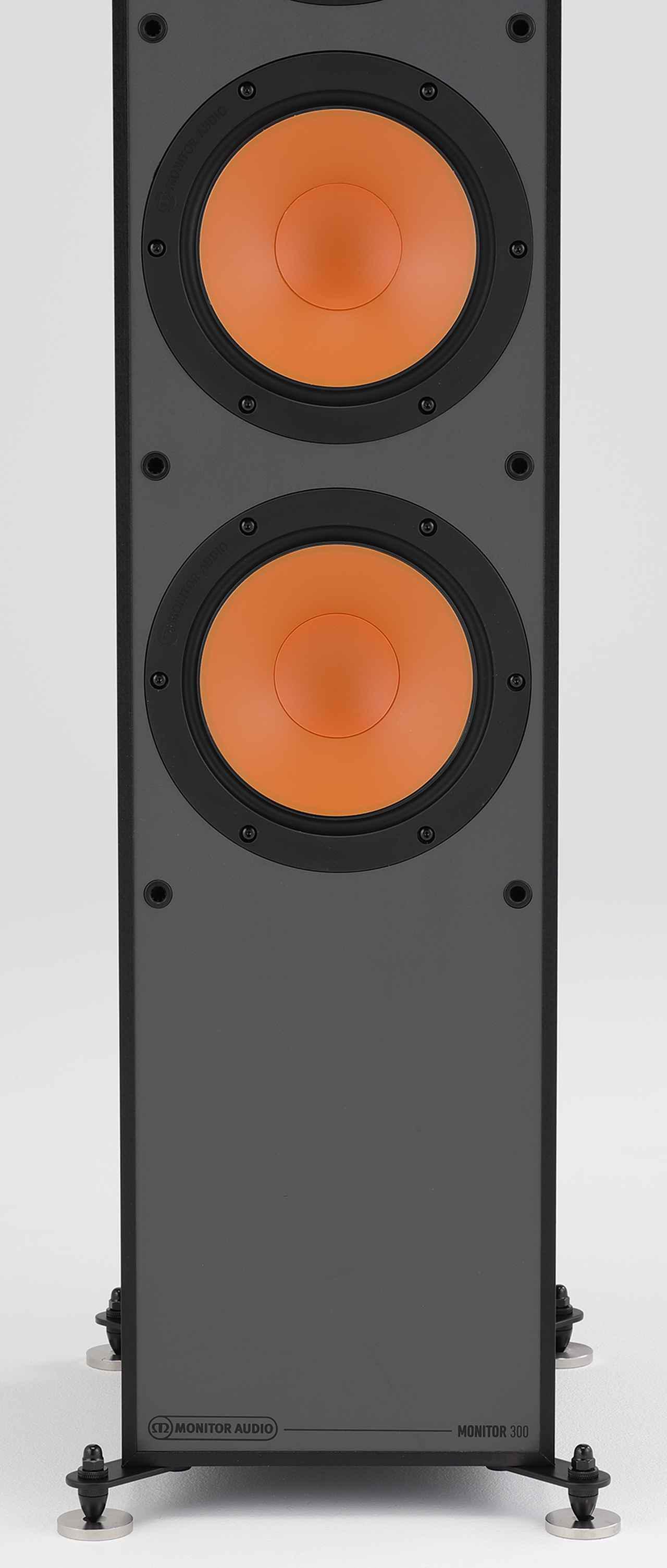 画像: ↑2基の16.5㎝口径ウーファーはミッドレンジ同様の振動板を搭載する。脚部は設置面積を大きく広げずに安定性を高める小型のアウトリガータイプ。