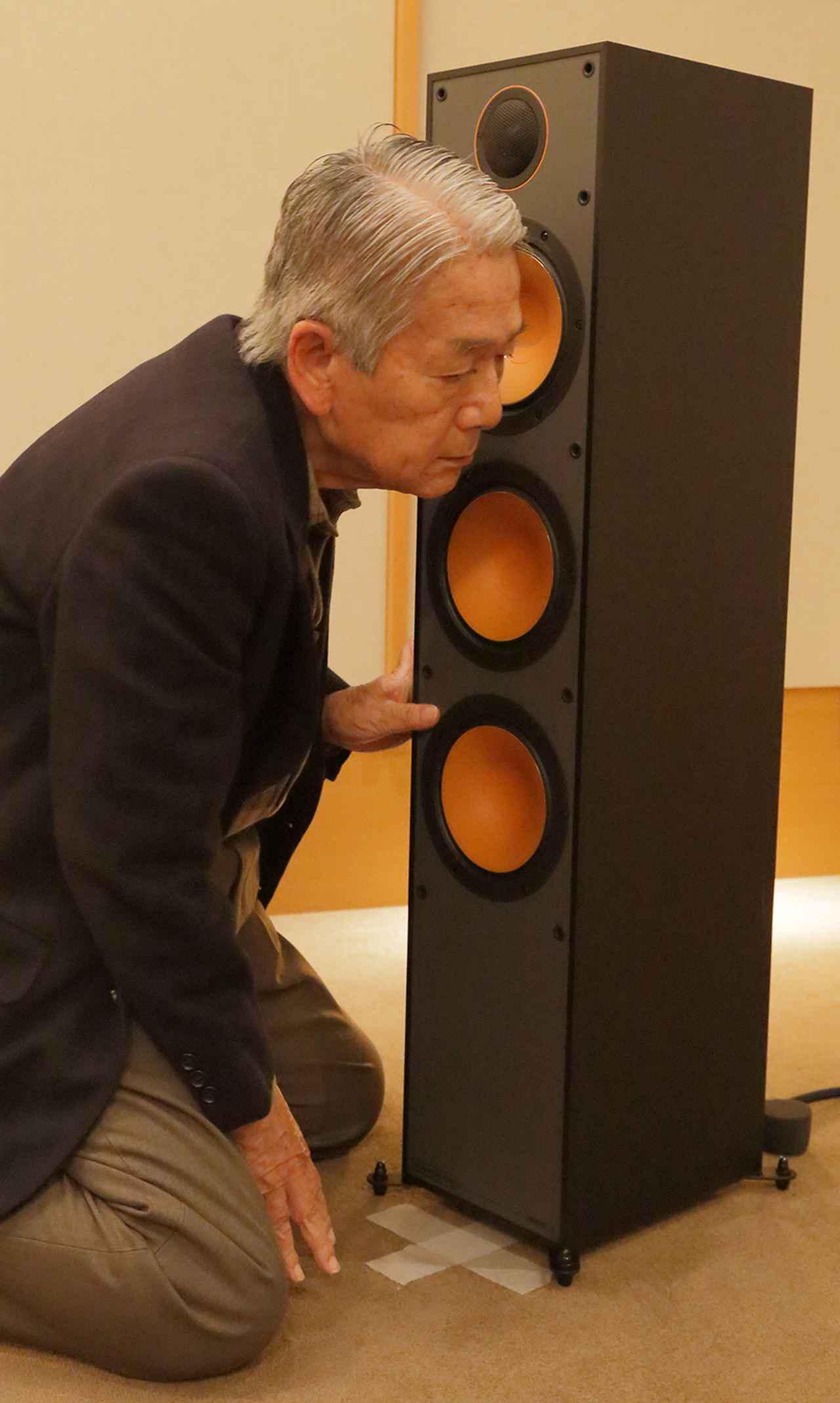 画像: ↑ユニットの音を確認する高津氏。
