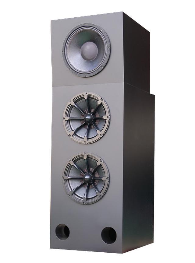 画像: スクリーン裏に設置されたフロントスピーカーは計3本。W470×H1400×D570mmのエンクロージャーに12インチ口径の同軸2ウェイ・ユニットが1基、さらに500Hz以下の音を担うサブウーファーが2基で構成される