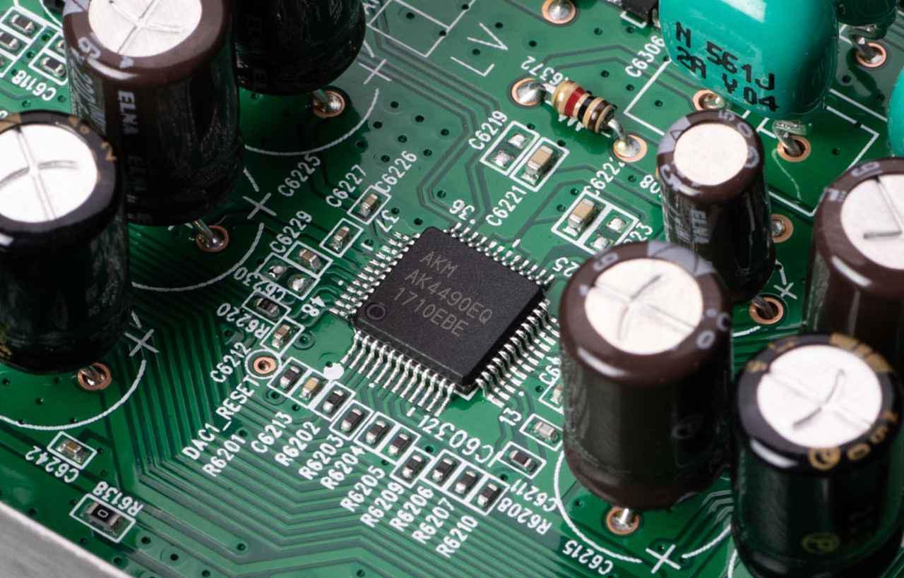 画像: 両モデルともDACチップには旭化成エレクトロニクス「AK4490EQ」を搭載する(写真はPM6007の基板)。なおCD6007とPM6007を組み合わせる場合は、電源の余裕や投入された物量を勘案するとCD6007でディスクを再生した方が音質的には有利になるようだ。音の傾向はもちろん変わらない