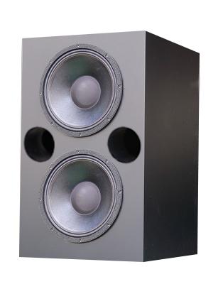 画像: スクリーン裏に設置されたサブウーファーは1本。W1200×H600×D600mmのエンクロージャーに18インチ口径のユニットが2基搭載される。120Hz以下の重低音を担う