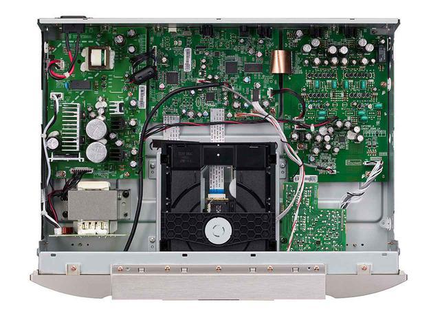 画像: D/Aコンバーターチップの「AK4490EQ」はドライブメカ右横の基板に取り付けられている。その後段のアナログ回路は同社伝統のHDAM-SA2回路によるフルディスクリート構成を採用