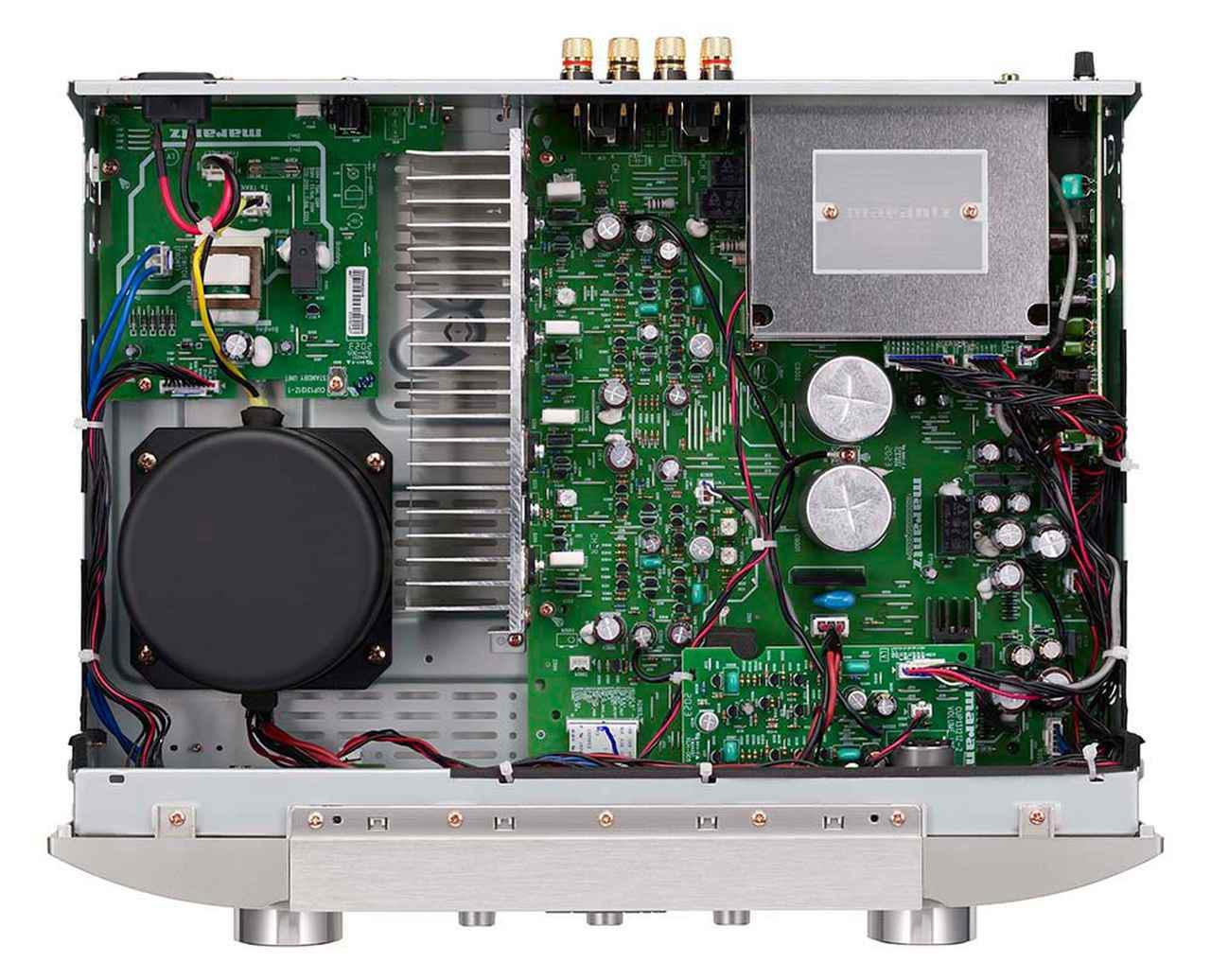 画像: 写真左上には上級モデルから継承した大型トロイダルトランスを搭載。右上のシールドされている部分がDACチップを含むデジタル回路だ