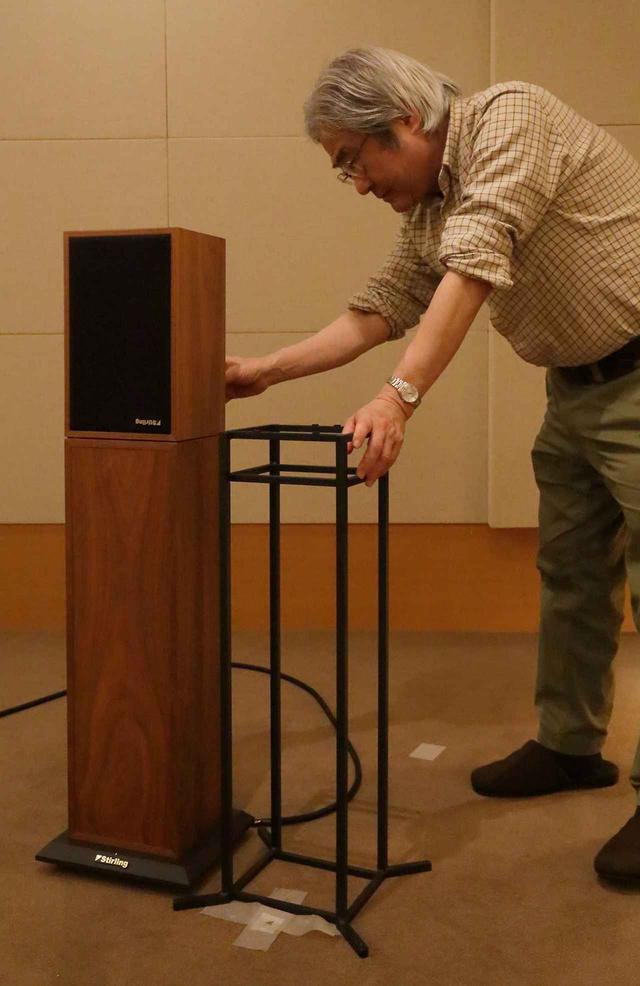 画像: 設置状況を確認する吉田氏。