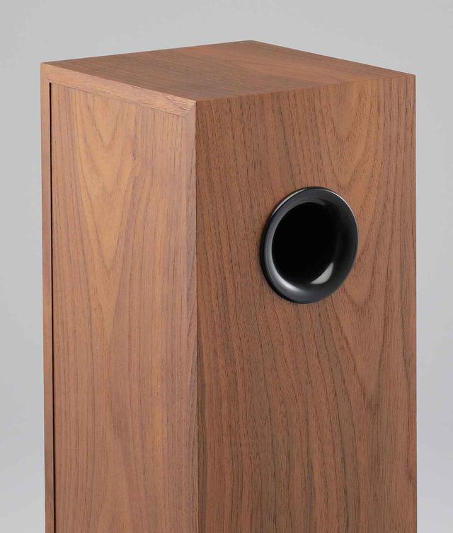 画像: サブウーファーであるAB2は12.4cm口径ウーファーを内蔵し、側面上方に1つのポートをもつ構造。このポートを内側向き/外側向きの設置が可能。試聴は内側向きで行なった。