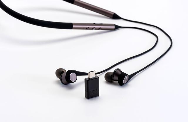 画像: ▲「Aurvana Trio Wireless」と「BT-W3」を組み合わせると用途が広がり、音楽再生からゲームプレイまで、さまざまな環境で、コンテンツを高音質に楽しむことができる。クリエイティブメディアの直販サイトでは、割安なセット販売も行なわれている(¥12,582+税)