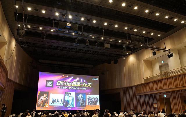 画像: 会場側面や天井にもスピーカーを配置し、広い会場ながら粗密のない音場を再現していた