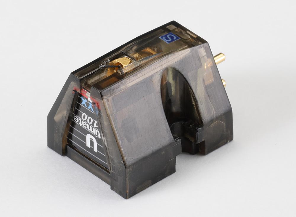 画像: カンチレバーはUltimate100同様のカーボンファイバー製。直径5μmの炭素繊維を千本収束して固めたもので、硬度はチタンの1.5倍、比重はダイアの6分の1、重量はボロンの半分と超軽量・高強度。針先はマイクロリッジ形状。