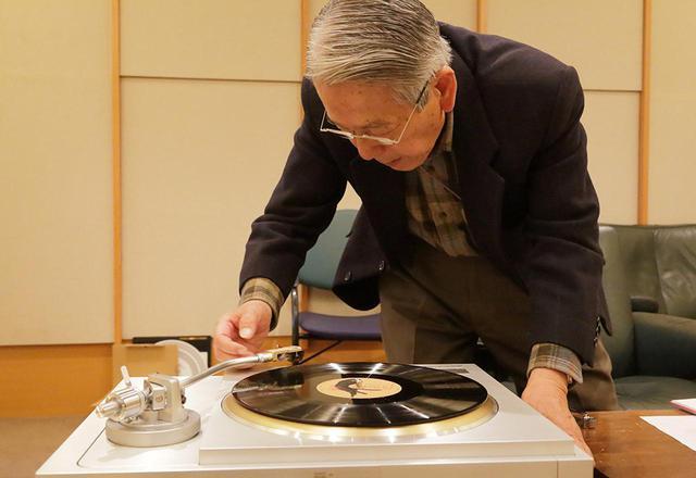 画像: レコードに針を下ろす高津氏。