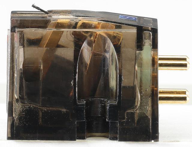 画像: 従来6NOFC線材を採用していたコイルを、5N銀線に変更。筐体は硬質なポリカーボネートによるボディの側面構造を2重構造とし強度を高め、不要な共振の発生を防ぐ。