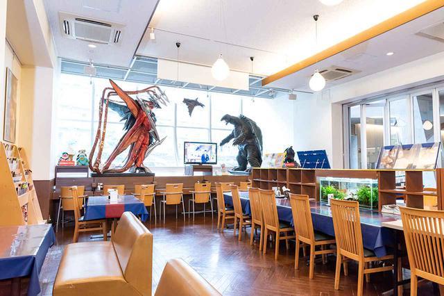 画像: メディアシップ 1Fのレストランには、『ガメラ3 邪神<イリス>覚醒』を模した大型フィギアもディスプレイされている。ここの喜多方ラーメンがおいしいと聞いた潮さんは、取材以上に興味津々の様子でした