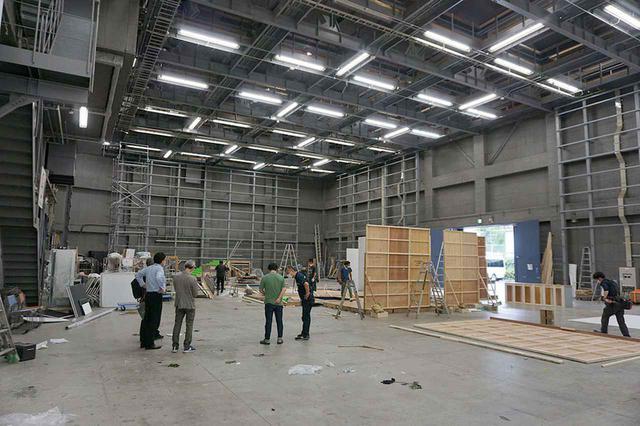画像: Gスタジオの巨大さにちょっと圧倒され気味の酒井さんと潮さん。取材日はCM撮影が終わったタイミングで、セットの解体が行われていた。天井高が10.5mあるので、かなり大きなセットも問題なく立て込みできるだろう。