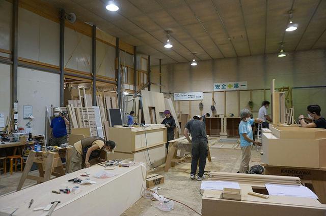 画像: 美術棟では、スタジオ内で撮影される様々なセットや小物が作られていた。木工作業も多く、大きな板を裁断したり、電気かんなをかけたりといった作業も行われていたが、それらの粉塵を集める装置も設置されているので、室内はとても綺麗に保たれていた
