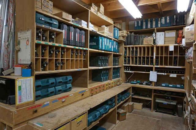 画像: 美術部の一角。電気工具などはすべて通し番号が振られ、収納位置も細かく決められている。使った後はすべてここに戻す規則だとかで、工具やパーツがみつからずに時間を無駄にするといったこともない。すべての基本は整理整頓にあり!