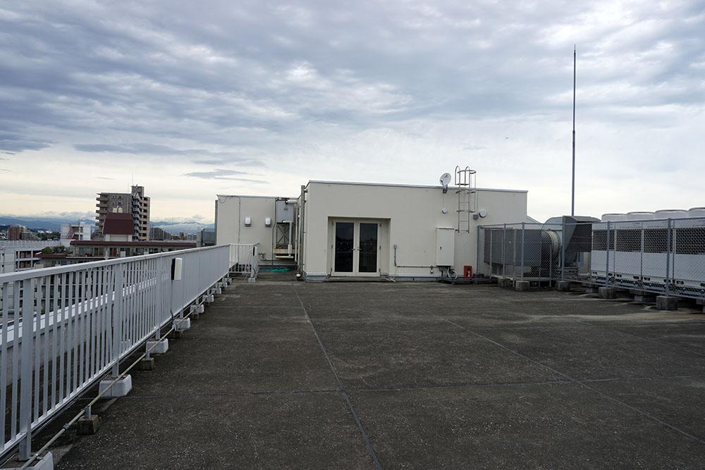 画像: 建物の屋上部分でも撮影が可能。写真はスタジオ棟の屋上で、広さは68坪。周囲に高い建物がないので開放感のある映像が撮影できそう。となりのG棟の屋上は150坪の広さがあるとか