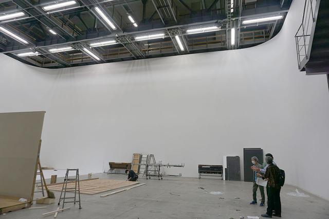 画像: 角川大映スタジオで一番大きなステージGは、幅25×高さ10.5×奥行40m、約305坪というサイズ。人気のスタジオで、取材時にはCM撮影のバラシ作業が行われていた。こちらの詳細については次回お届けします
