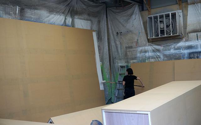 画像: 大型パネルに下処理をしているところ。入社数年の女性社員もこういった仕事を任されることがあるそうです