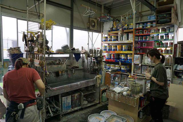 画像: こちらは塗装部の様子。映画などで必要な色を調合して作ることが多いとかで、様々な種類の塗料が並んでいる。室内には塗料の浄化装置も準備されるなど、後の処理まで充分考えられていた